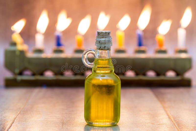 Cruse d'huile, Hanoucca avec le menorah de pierre d'A et les bougies de fond photos stock