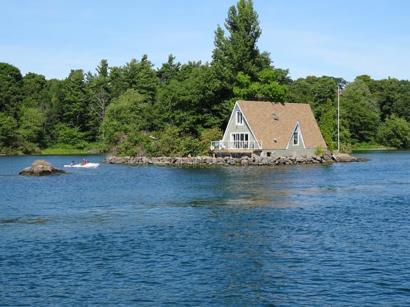 Cruse dans des îles du ` s mille de Canada images stock