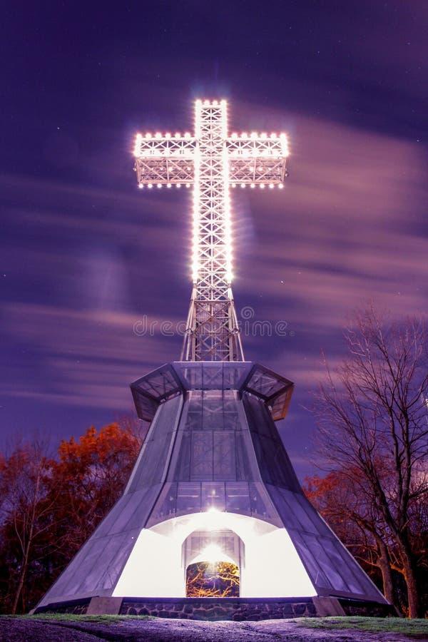 Cruz acima da montanha fotografia de stock royalty free