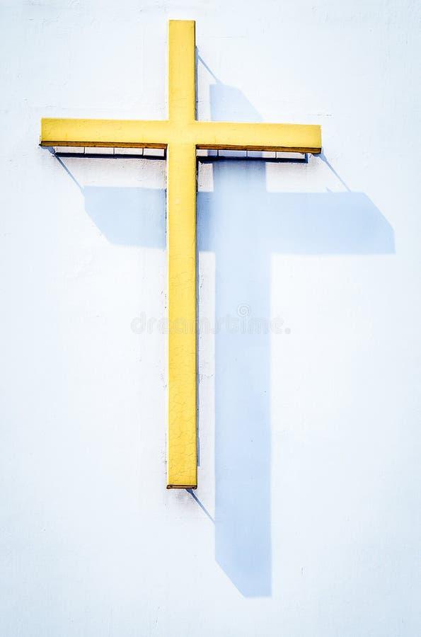 Cruz amarela religiosa com sombra foto de stock