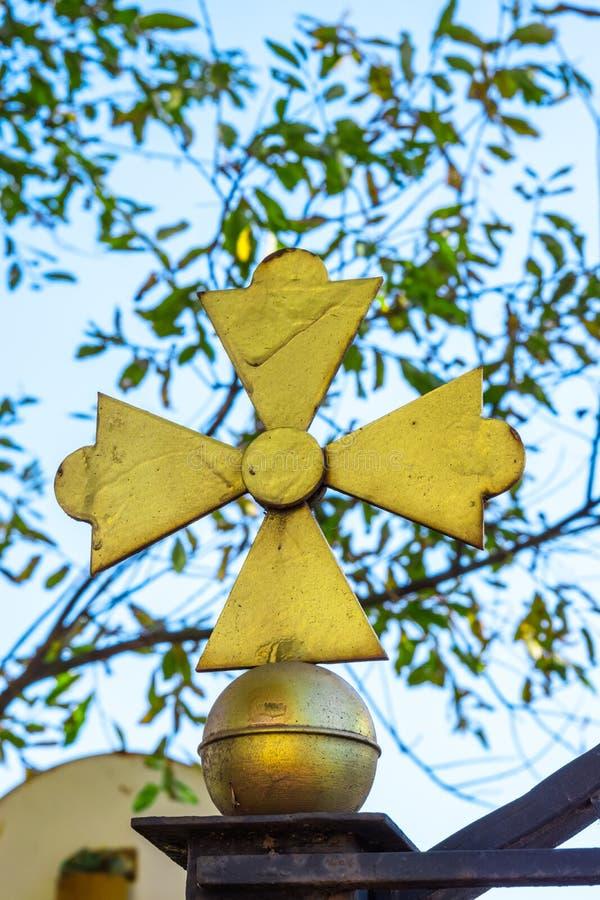 Cruz amarilla de la iglesia imagen de archivo