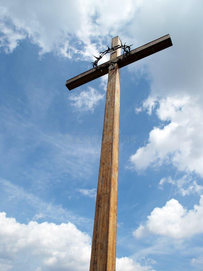 Cruz bajo cielo azul imagenes de archivo