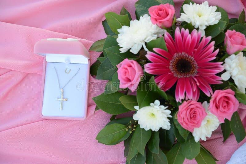 Cruz bautismal de Christening del florista de la decoración de la flor imágenes de archivo libres de regalías