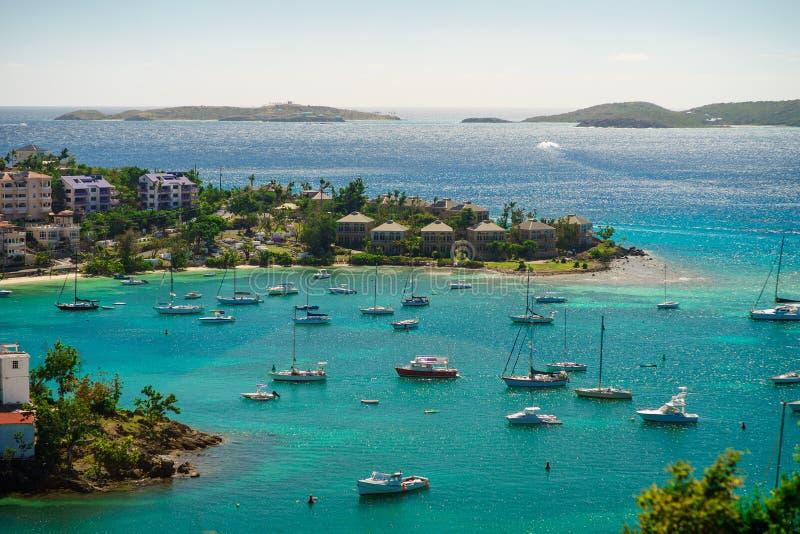 Cruz Bay St John, United States Virgin Islands med mycket segelbåtar arkivfoton