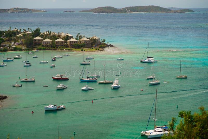 Cruz Bay St John, United States Virgin Islands med mycket segelbåtar royaltyfri fotografi