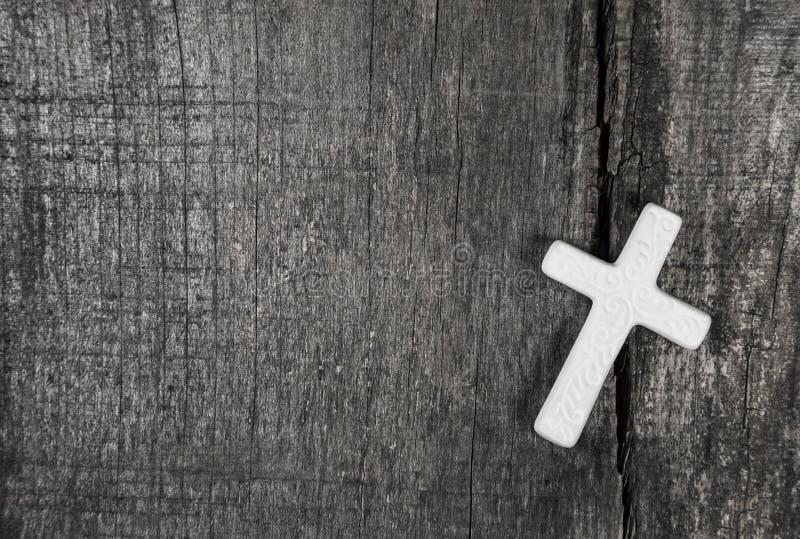 Cruz blanca en un fondo de madera gris imagen de archivo