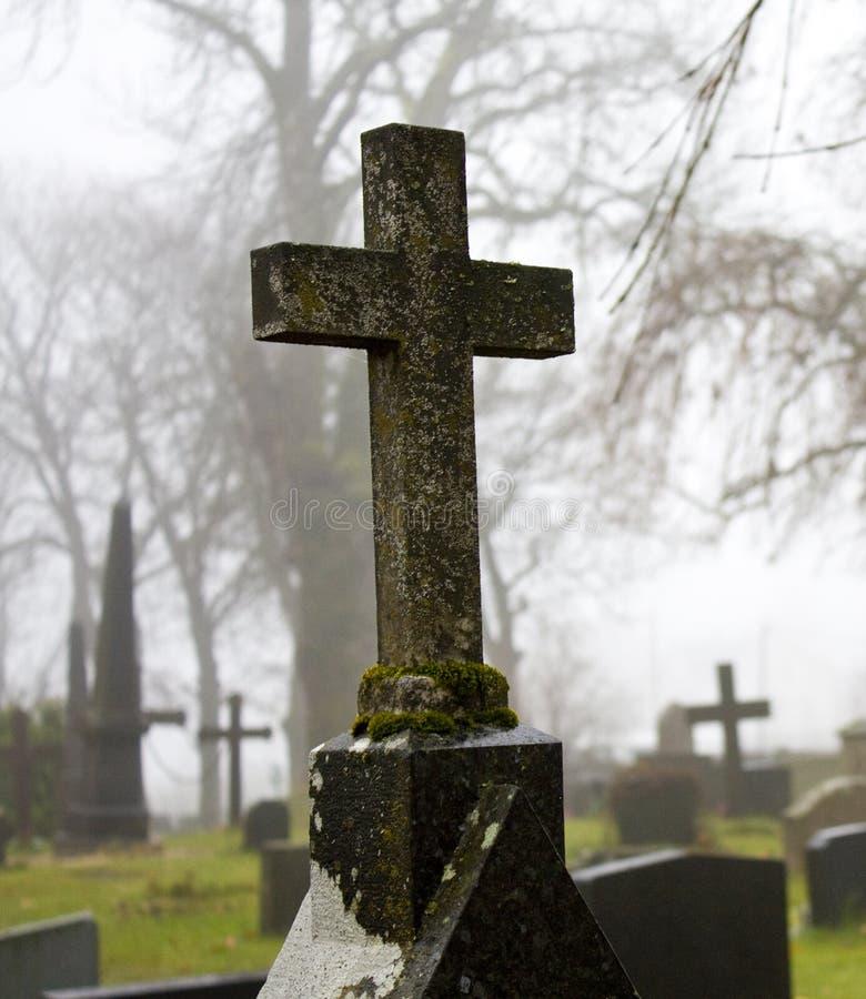 Cruz brumosa 3 del cementerio del autum imagenes de archivo