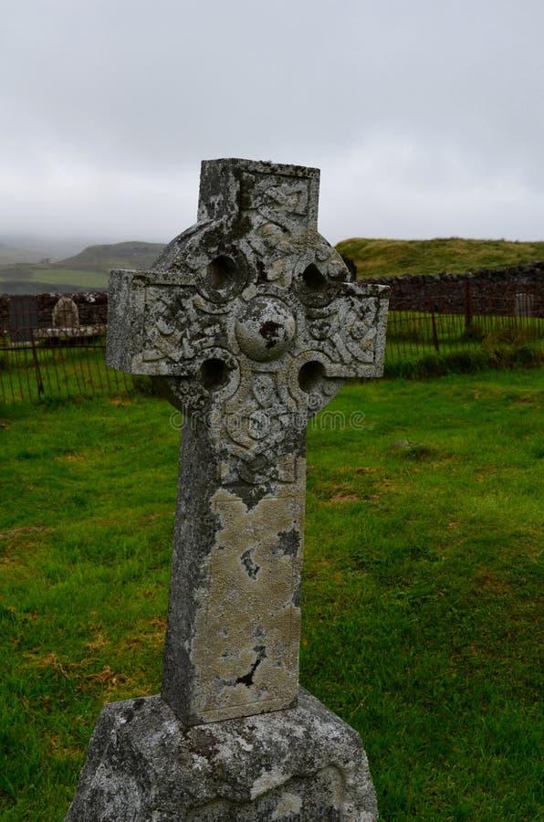 Cruz céltica de piedra en el cementerio de Dunvegan fotografía de archivo