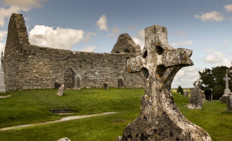 Cruz céltica en cementerio irlandés antiguo durante luz del día imagen de archivo
