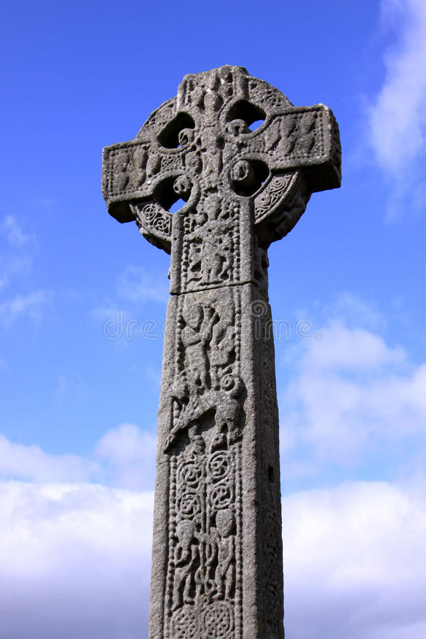 Cruz céltica en un cementerio irlandés fotografía de archivo