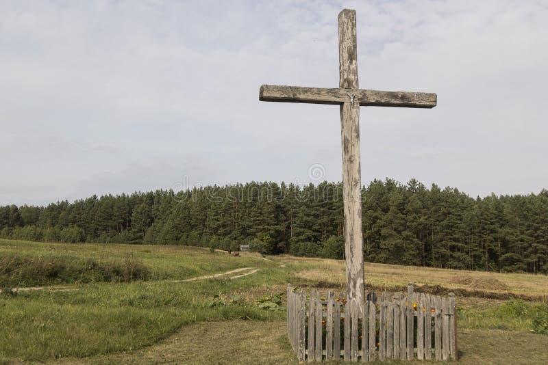 Cruz católica em uma vila foto de stock