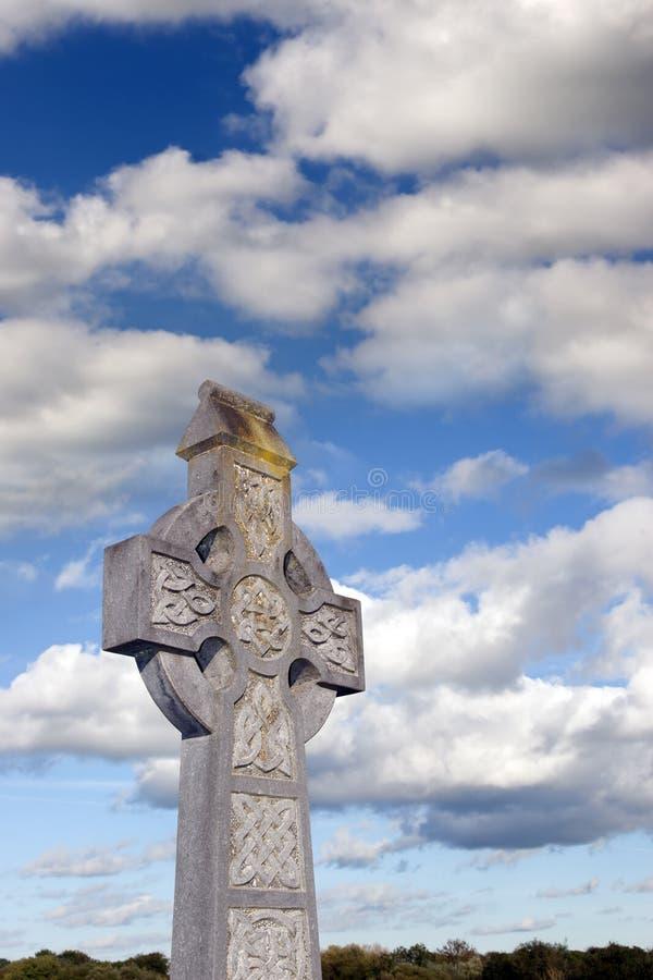 Cruz celta de céu nebuloso imagem de stock