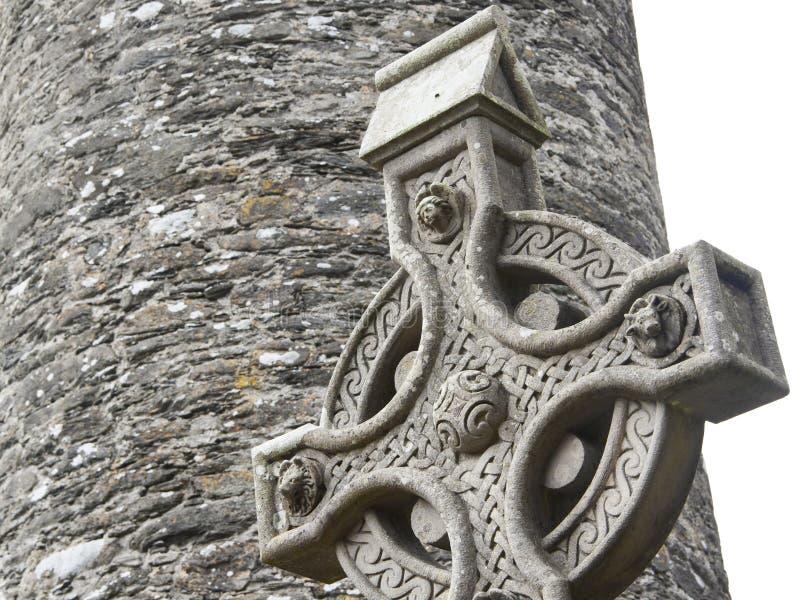 Cruz celta de pedra velha em um cemitério irlandês tradicional imagem de stock royalty free