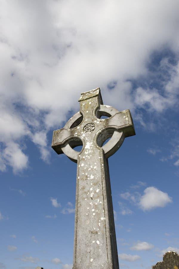 Cruz celta em um cemitério irlandês com céu azul fotografia de stock