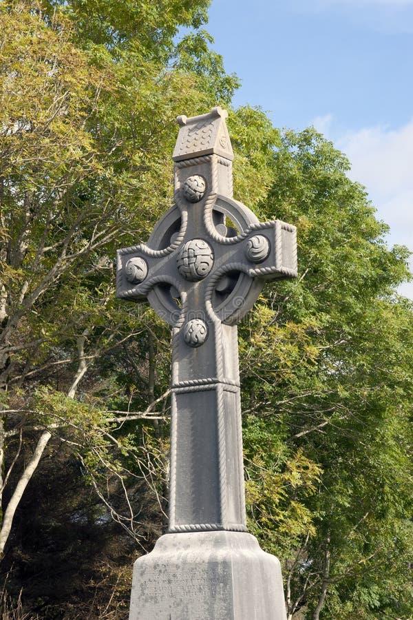 Cruz celta memorável e árvores do Columba de Saint fotos de stock royalty free