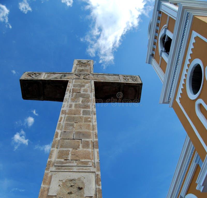 Cruz colonial amarilla de la iglesia y del cemento que mira para arriba imagen de archivo