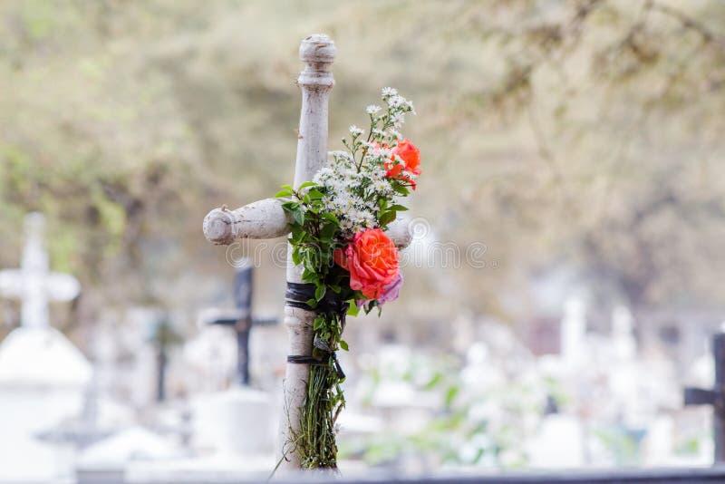 Cruz com algumas rosas imagem de stock royalty free