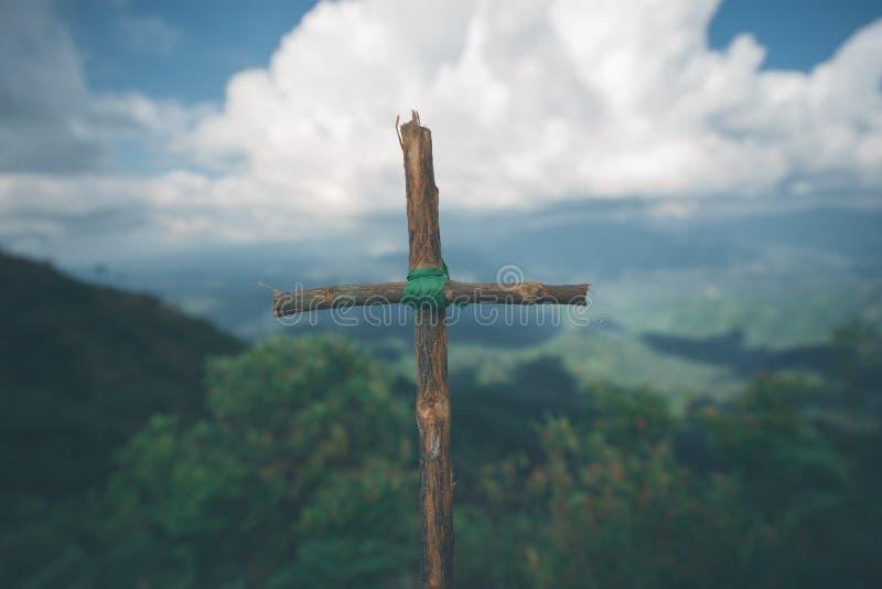 A cruz com natureza na floresta no monte é o Blackground imagens de stock royalty free