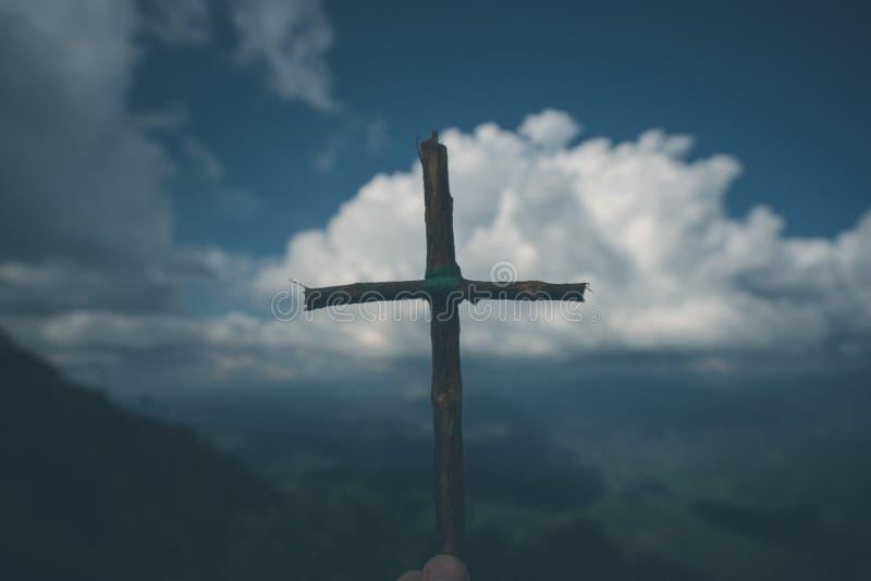 A cruz com natureza na floresta no monte é o Blackground foto de stock
