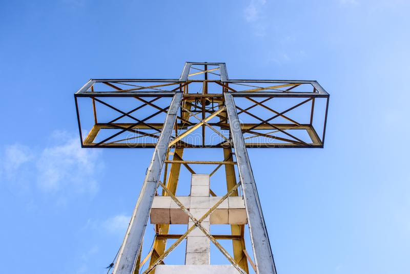 A cruz com o céu azul e a nuvem imagem de stock royalty free