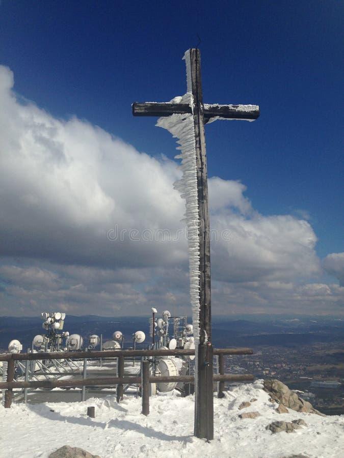 A cruz congelada no monte brincou fotografia de stock