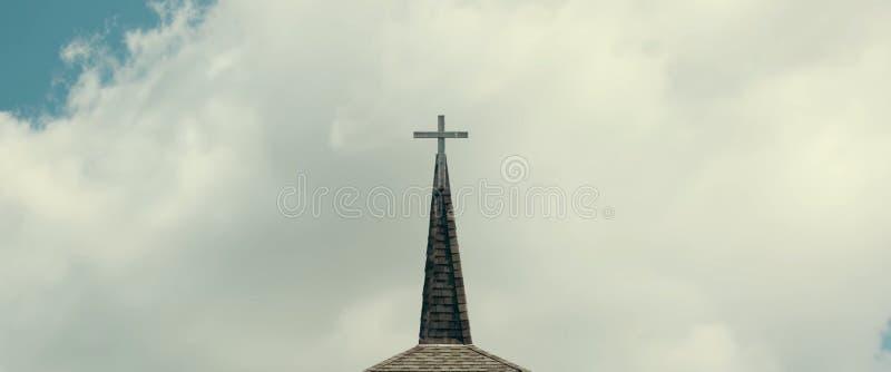 Cruz contra el cielo nublado imagen de archivo libre de regalías