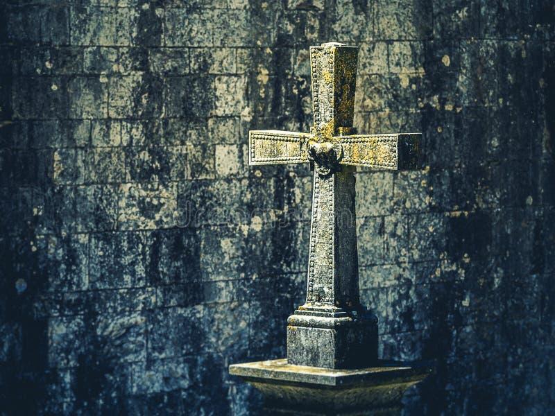 Cruz cristã de pedra velha fotografia de stock