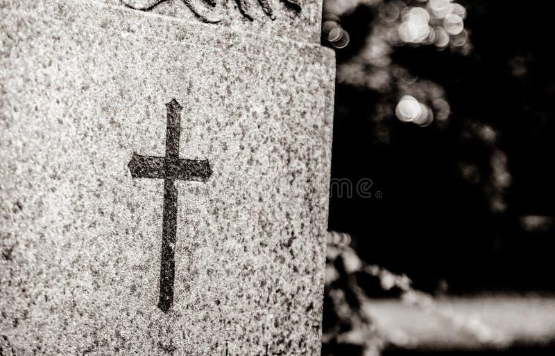 Cruz cristã na sepultura da pedra de Alemanha fotos de stock royalty free
