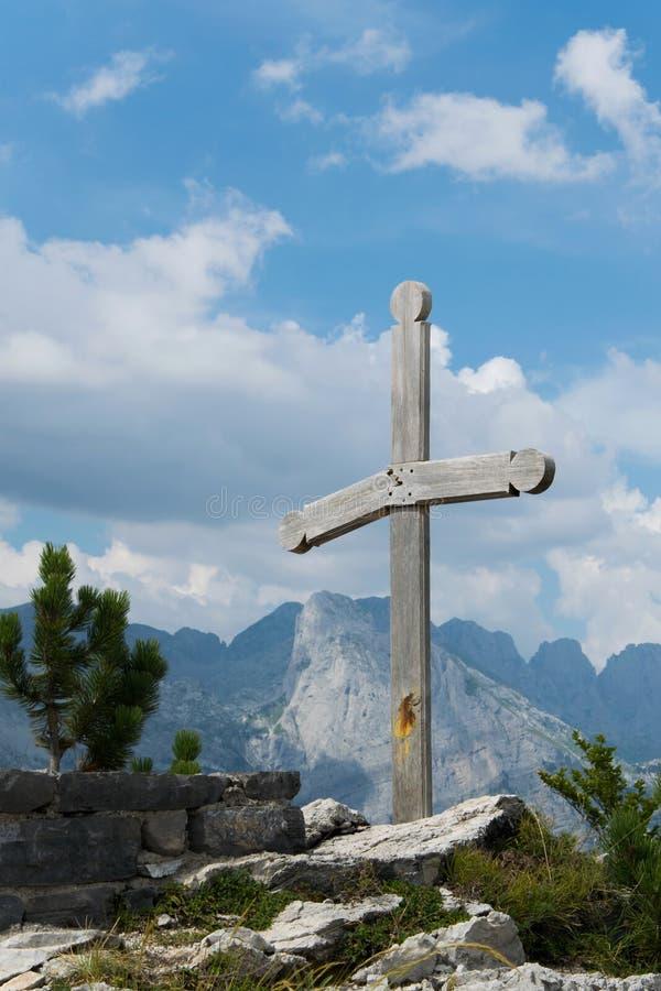 Cruz cristã no túmulo de pedra na montanha alta imagem de stock royalty free