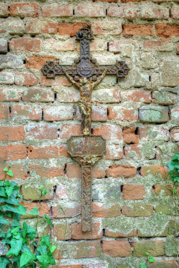 Cruz cristã oxidada com estátua de Jesus Christ fotos de stock