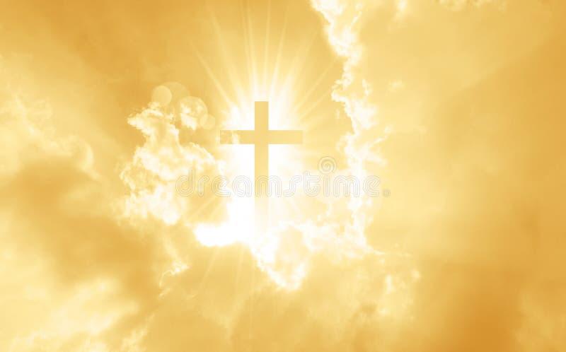 A cruz cristã parece brilhante no céu amarelo ilustração stock