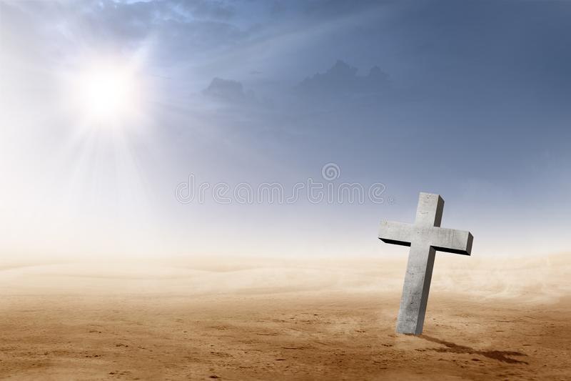 Cruz cristiana en el desierto con los rayos del sol fotografía de archivo libre de regalías