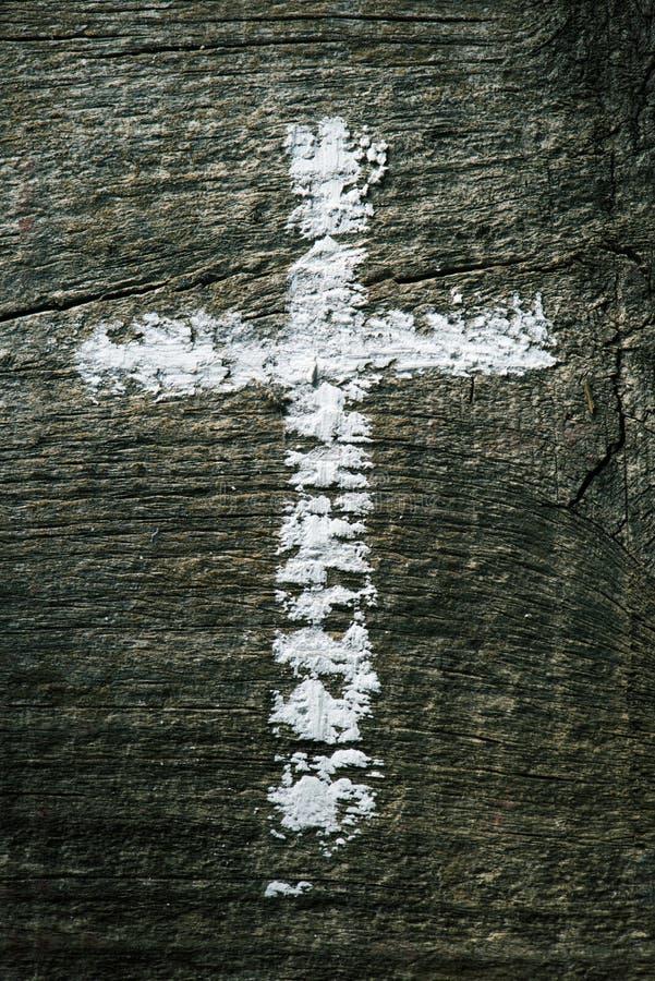 Cruz cristiana en una superficie de madera imagen de archivo