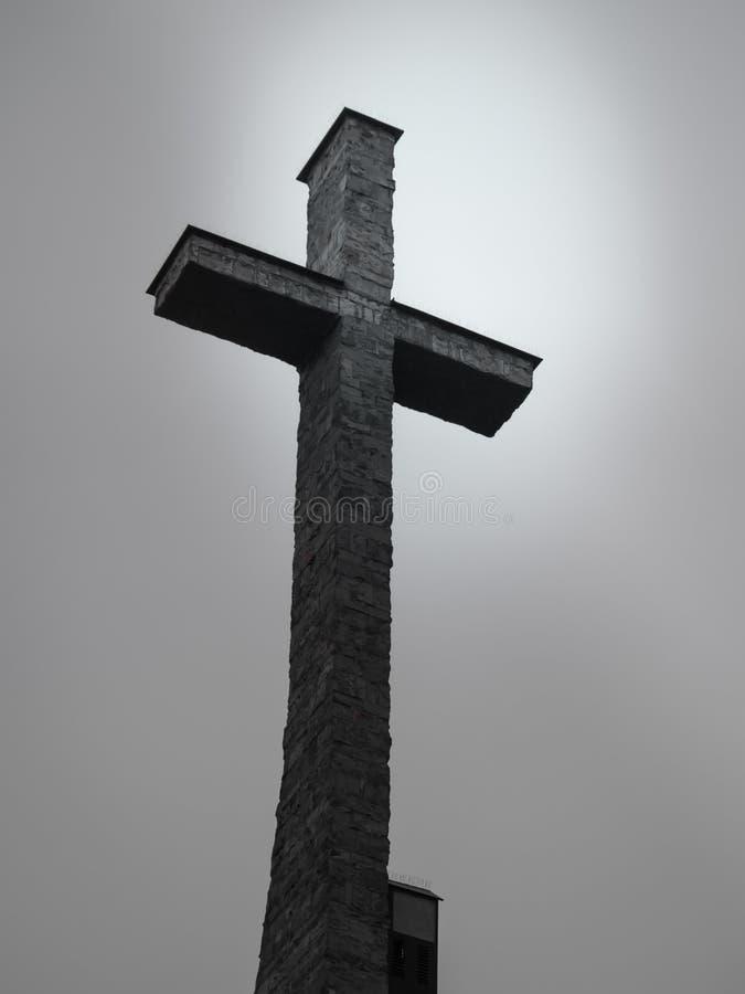 Cruz da igreja de encontro ao céu imagens de stock