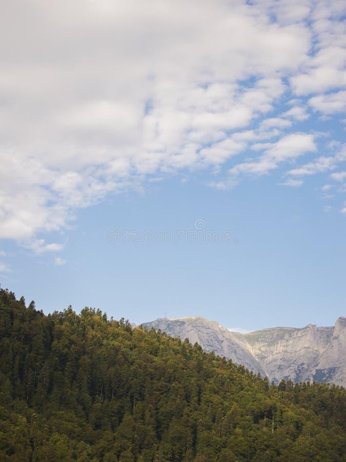 A cruz das montanhas de Bucegi vistas de Azuga imagem de stock royalty free