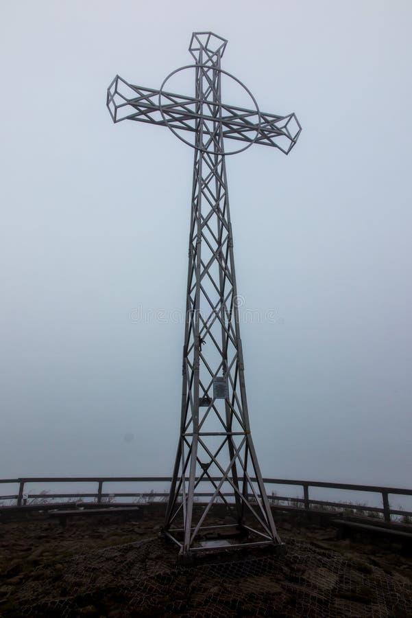 Cruz de aço na névoa (Tarnica, Bieszczady, Polônia) fotografia de stock royalty free