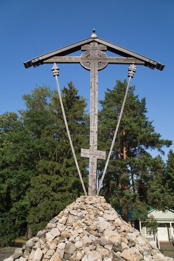 A cruz de Butovsky é feita do cipreste de madeira de alta qualidade do pinho no campo de treino de Butovo perto de Moscou imagens de stock