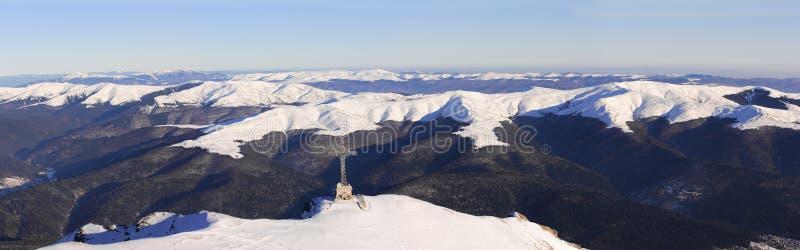 Cruz de Caraiman e panorama das montanhas de Baiului foto de stock