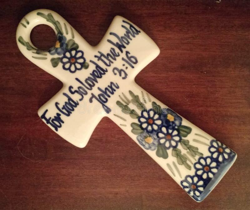 Cruz de cerámica con el 3:16 de Juan fotografía de archivo libre de regalías