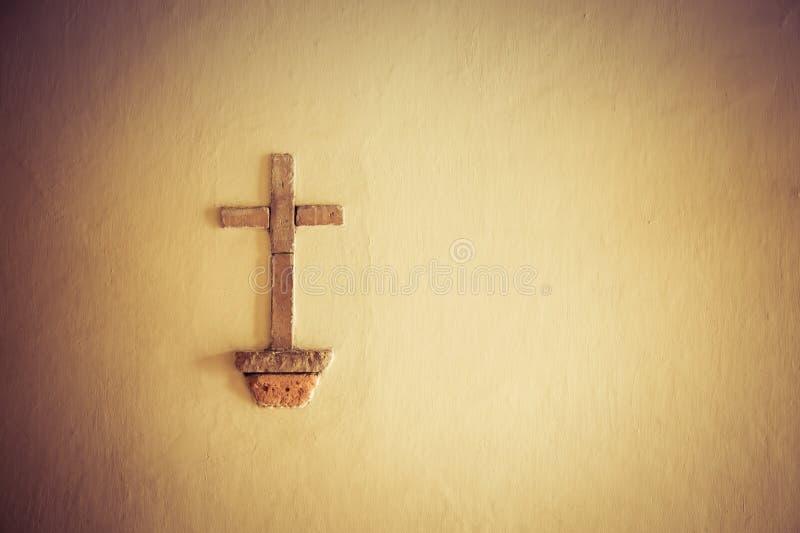 Cruz de Cristo en la pared de la catedral católica en la ciudad blanca Colombia popayan Suramérica foto de archivo