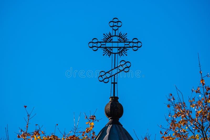 Cruz de la iglesia contra el cielo fotos de archivo