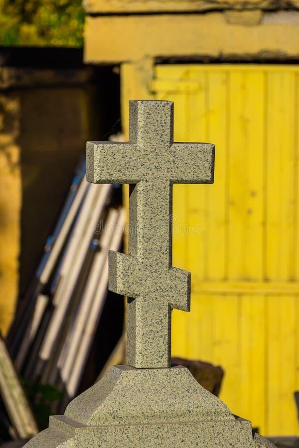 Cruz de la iglesia en una piedra sepulcral foto de archivo