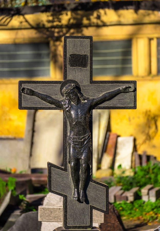 Cruz de la iglesia en una piedra sepulcral fotos de archivo