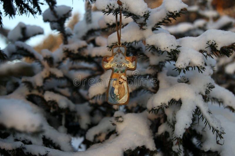 Cruz de la Navidad con la imagen del bebé Jesús, en el parque encendido foto de archivo