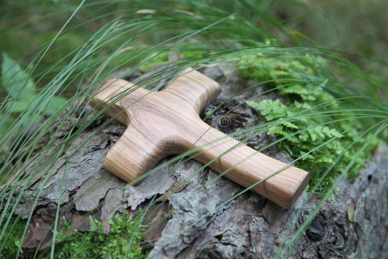 Cruz de madeira com árvore em um fundo natural verde imagens de stock royalty free