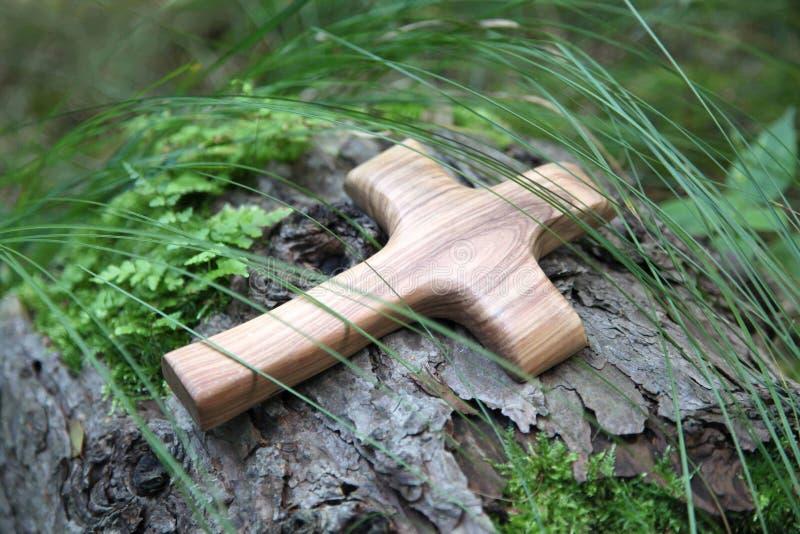 Cruz de madeira com árvore em um fundo natural verde foto de stock royalty free