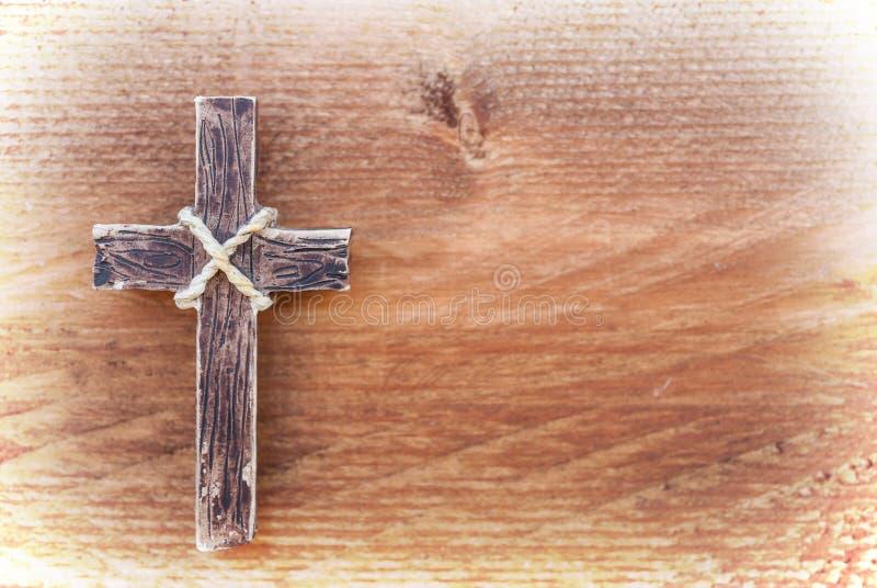 Cruz de madeira de suspensão no fundo de madeira velho fotografia de stock