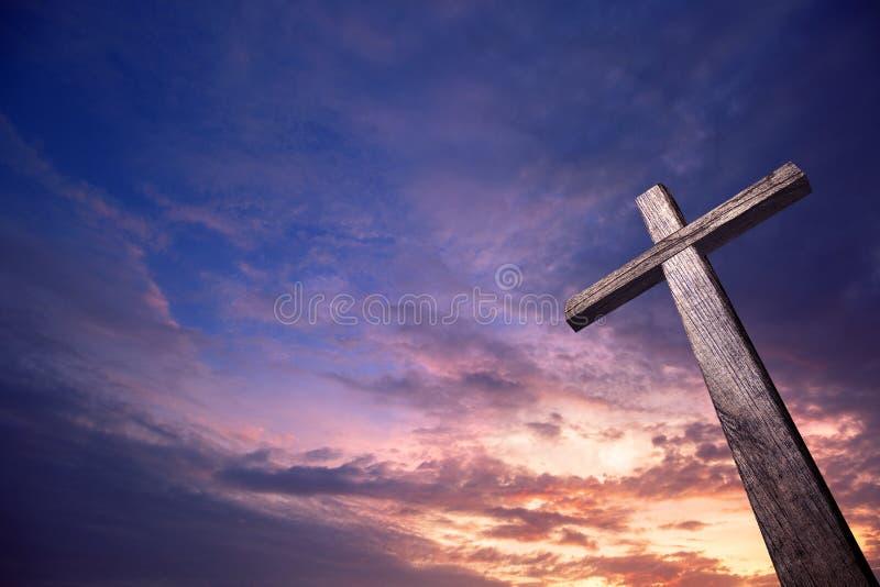 Cruz de madeira iluminada do céu imagens de stock royalty free