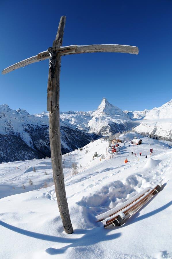 Cruz de madeira na neve fotografia de stock