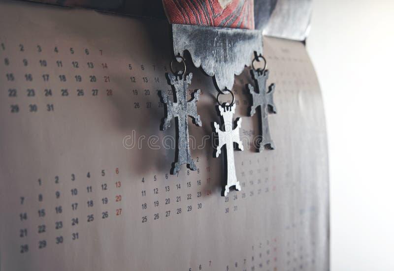 Cruz de madeira na parede fotos de stock